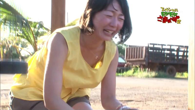 【放送事故胸チラ画像】地上波放送中に起こった芸能人ハプニング胸チラ画像 34