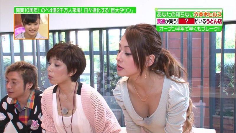 【放送事故胸チラ画像】地上波放送中に起こった芸能人ハプニング胸チラ画像 42