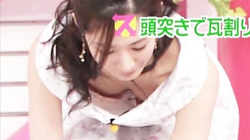 【放送事故胸チラ画像】地上波放送中に起こった芸能人ハプニング胸チラ画像 44