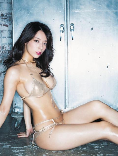 【スレンダー巨乳画像】細い身体に巨乳というギャップがエロい美女画像 07