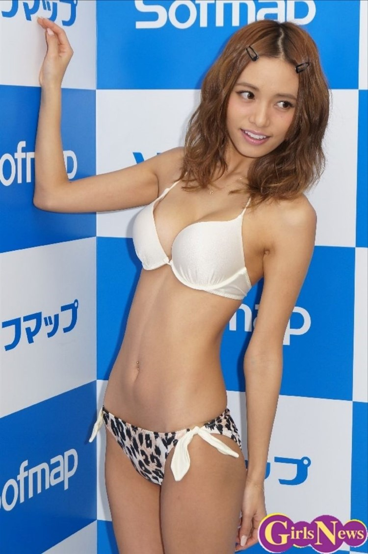【スレンダー巨乳画像】細い身体に巨乳というギャップがエロい美女画像 63