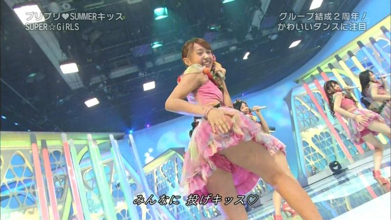 【アイドルパンチラ画像】ステージ中にミニスカパンチラしそうなドキドキ画像 03