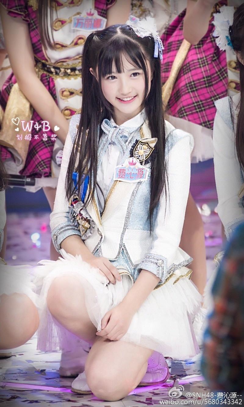 【アイドルパンチラ画像】ステージ中にミニスカパンチラしそうなドキドキ画像 09