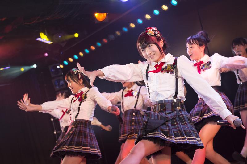 【アイドルパンチラ画像】ステージ中にミニスカパンチラしそうなドキドキ画像 12