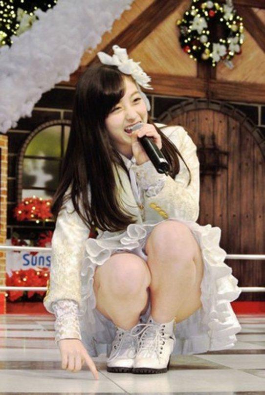 【アイドルパンチラ画像】ステージ中にミニスカパンチラしそうなドキドキ画像 14