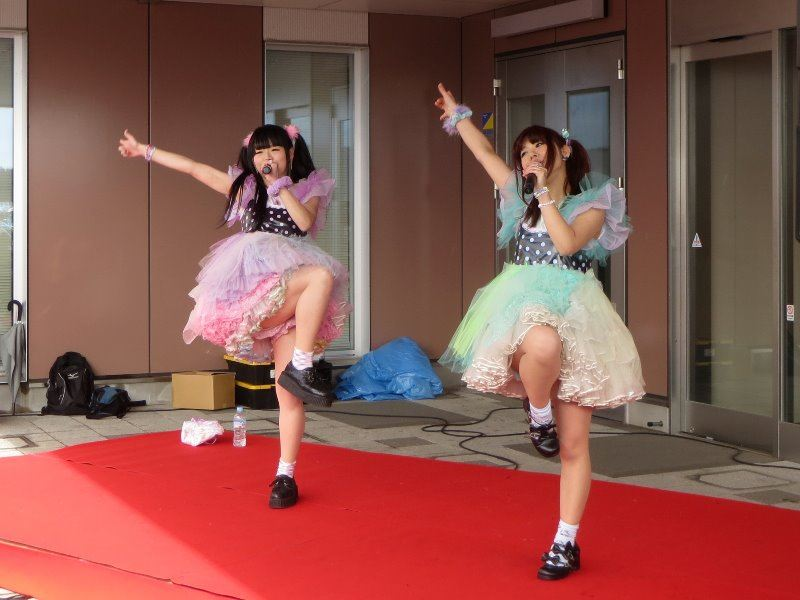 【アイドルパンチラ画像】ステージ中にミニスカパンチラしそうなドキドキ画像 18