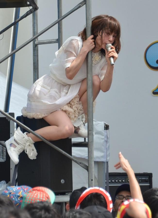 【アイドルパンチラ画像】ステージ中にミニスカパンチラしそうなドキドキ画像 20