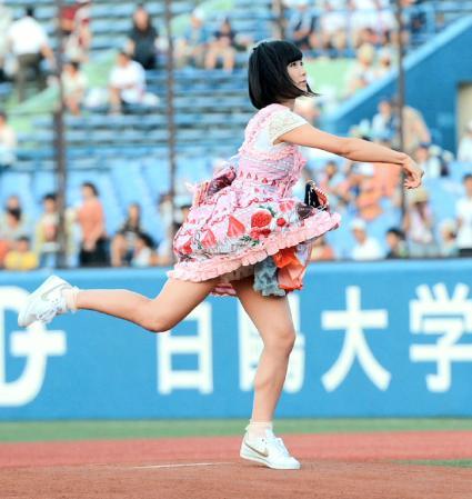 【アイドルパンチラ画像】ステージ中にミニスカパンチラしそうなドキドキ画像 21