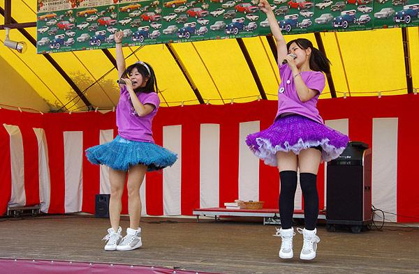 【アイドルパンチラ画像】ステージ中にミニスカパンチラしそうなドキドキ画像 23