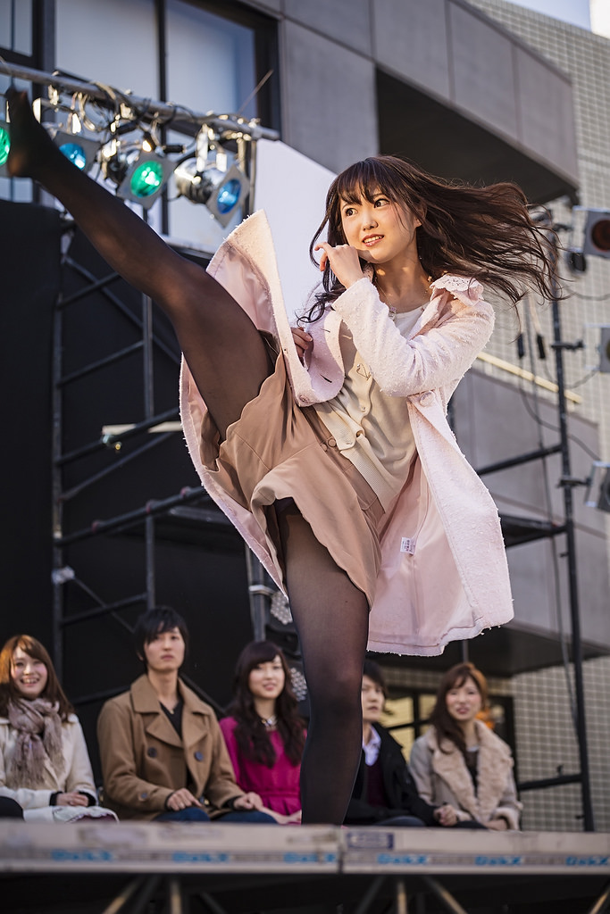 【アイドルパンチラ画像】ステージ中にミニスカパンチラしそうなドキドキ画像 26