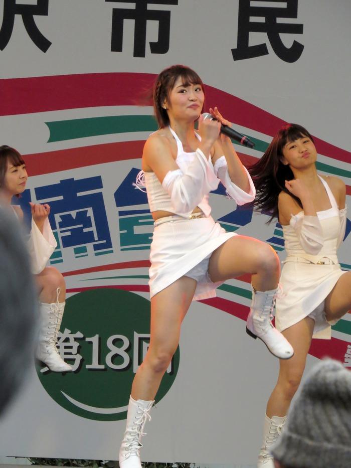 【アイドルパンチラ画像】ステージ中にミニスカパンチラしそうなドキドキ画像 28