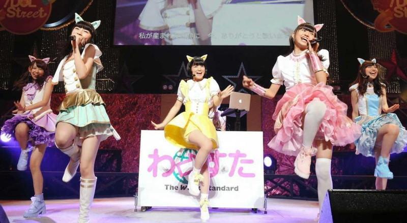 【アイドルパンチラ画像】ステージ中にミニスカパンチラしそうなドキドキ画像 35