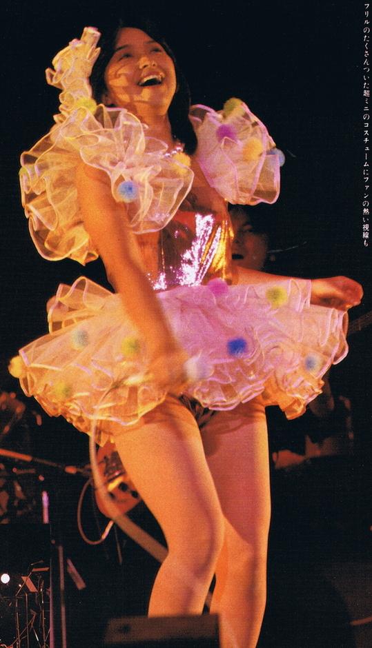 【アイドルパンチラ画像】ステージ中にミニスカパンチラしそうなドキドキ画像 40