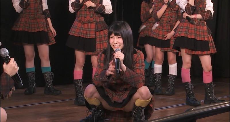 【アイドルパンチラ画像】ステージ中にミニスカパンチラしそうなドキドキ画像 43