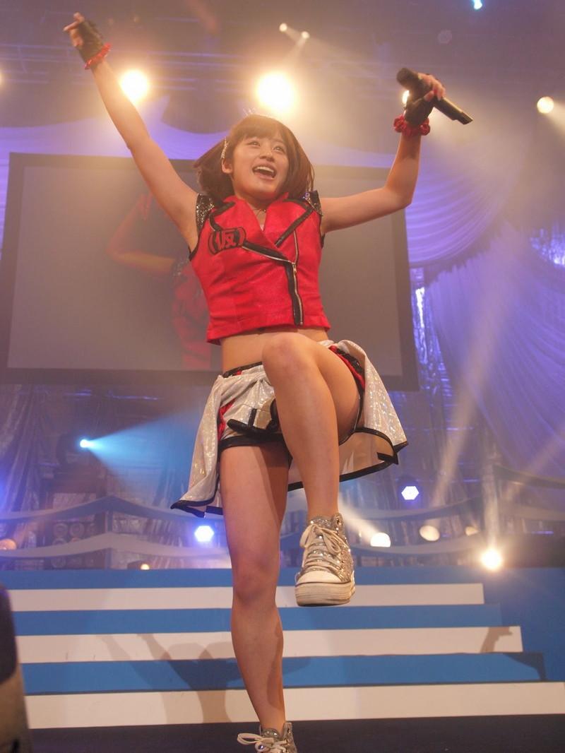 【アイドルパンチラ画像】ステージ中にミニスカパンチラしそうなドキドキ画像 46
