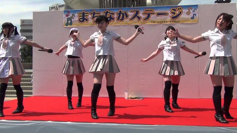【アイドルパンチラ画像】ステージ中にミニスカパンチラしそうなドキドキ画像 55