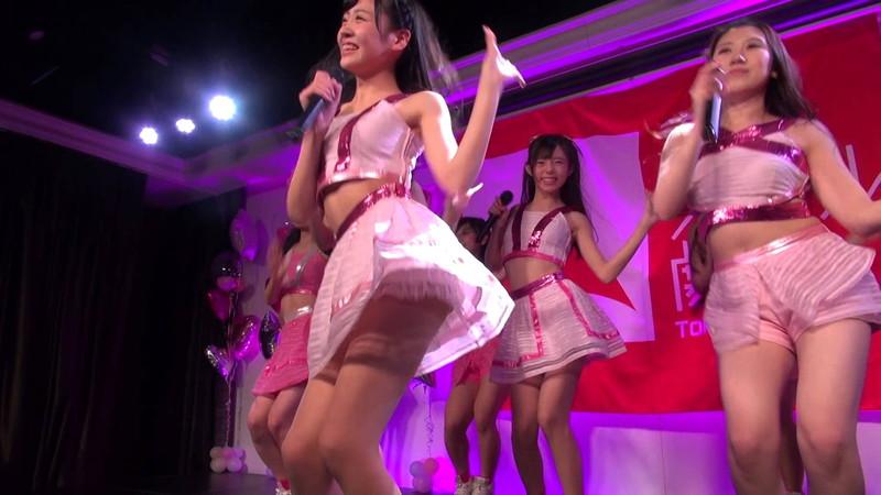 【アイドルパンチラ画像】ステージ中にミニスカパンチラしそうなドキドキ画像 56