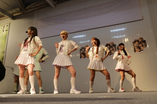 【アイドルパンチラ画像】ステージ中にミニスカパンチラしそうなドキドキ画像 57