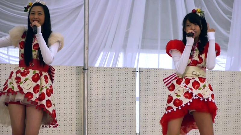 【アイドルパンチラ画像】ステージ中にミニスカパンチラしそうなドキドキ画像 64