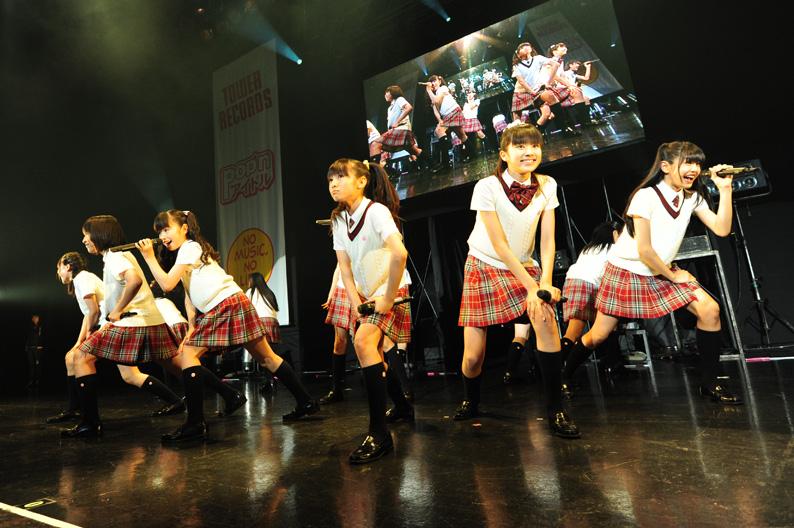 【アイドルパンチラ画像】ステージ中にミニスカパンチラしそうなドキドキ画像 70