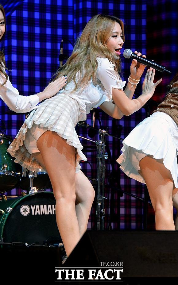 【アイドルパンチラ画像】ステージ中にミニスカパンチラしそうなドキドキ画像 71