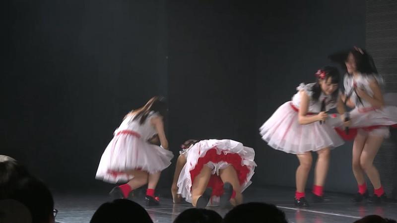 【アイドルパンチラ画像】ステージ中にミニスカパンチラしそうなドキドキ画像 76