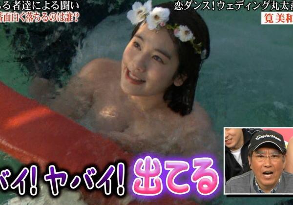 【放送事故乳首チラリ画像】芸能人の乳首がチラリしそう&しちゃったハプニング画像 06