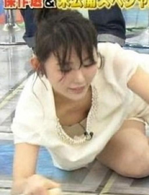 【放送事故乳首チラリ画像】芸能人の乳首がチラリしそう&しちゃったハプニング画像 08