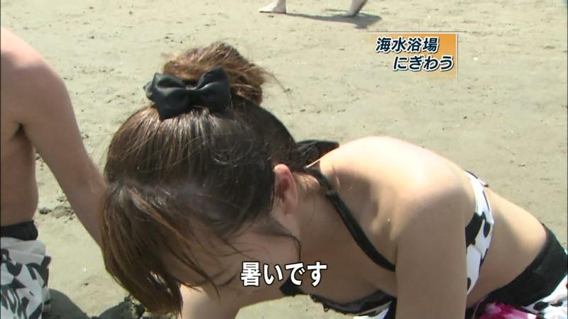 【放送事故乳首チラリ画像】芸能人の乳首がチラリしそう&しちゃったハプニング画像 12