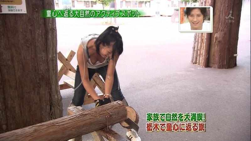 【放送事故乳首チラリ画像】芸能人の乳首がチラリしそう&しちゃったハプニング画像 14