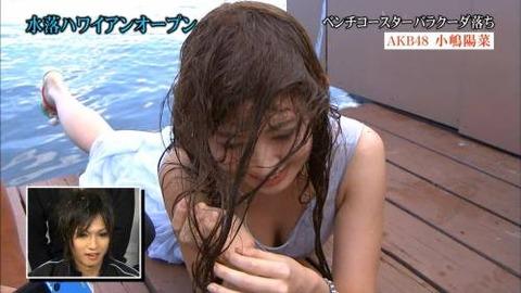 【放送事故乳首チラリ画像】芸能人の乳首がチラリしそう&しちゃったハプニング画像 25