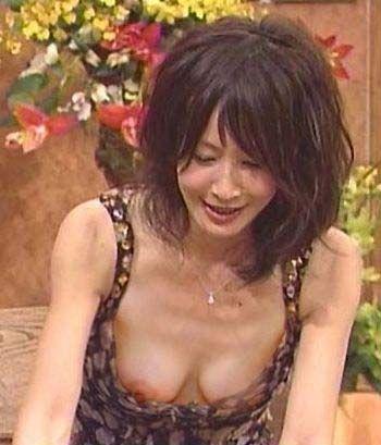 【放送事故乳首チラリ画像】芸能人の乳首がチラリしそう&しちゃったハプニング画像 29
