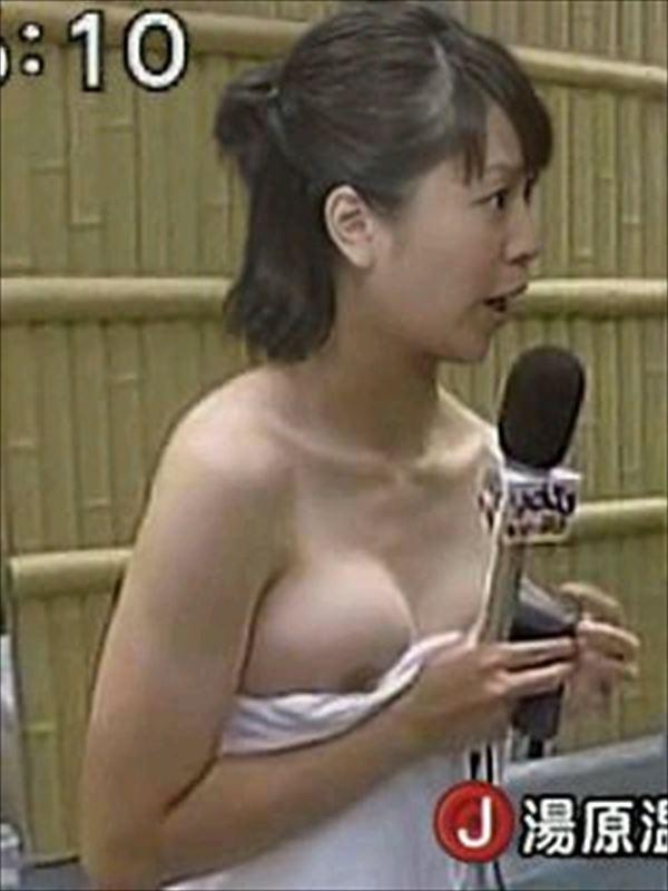 【放送事故乳首チラリ画像】芸能人の乳首がチラリしそう&しちゃったハプニング画像 39