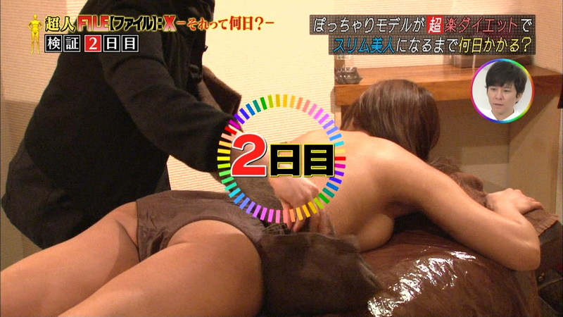 【放送事故乳首チラリ画像】芸能人の乳首がチラリしそう&しちゃったハプニング画像 43