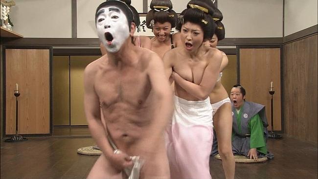【放送事故乳首チラリ画像】芸能人の乳首がチラリしそう&しちゃったハプニング画像 70