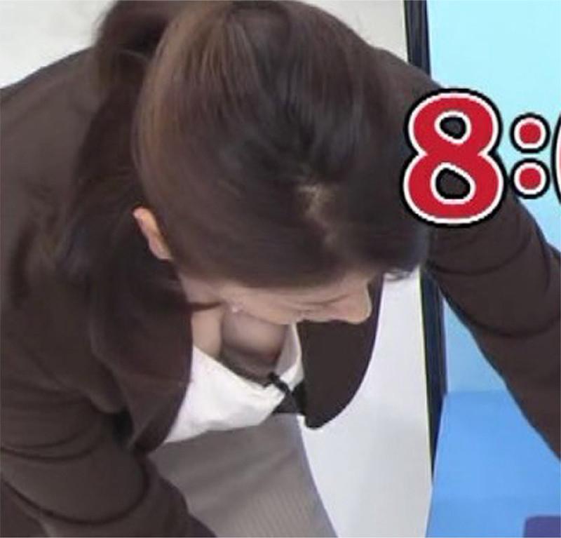 【放送事故乳首チラリ画像】芸能人の乳首がチラリしそう&しちゃったハプニング画像 75