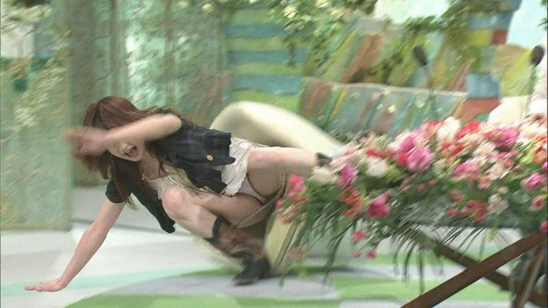 【ハプニングパンチラ画像】ひな壇タレントと素人娘のハプニンパンチラ画像 74