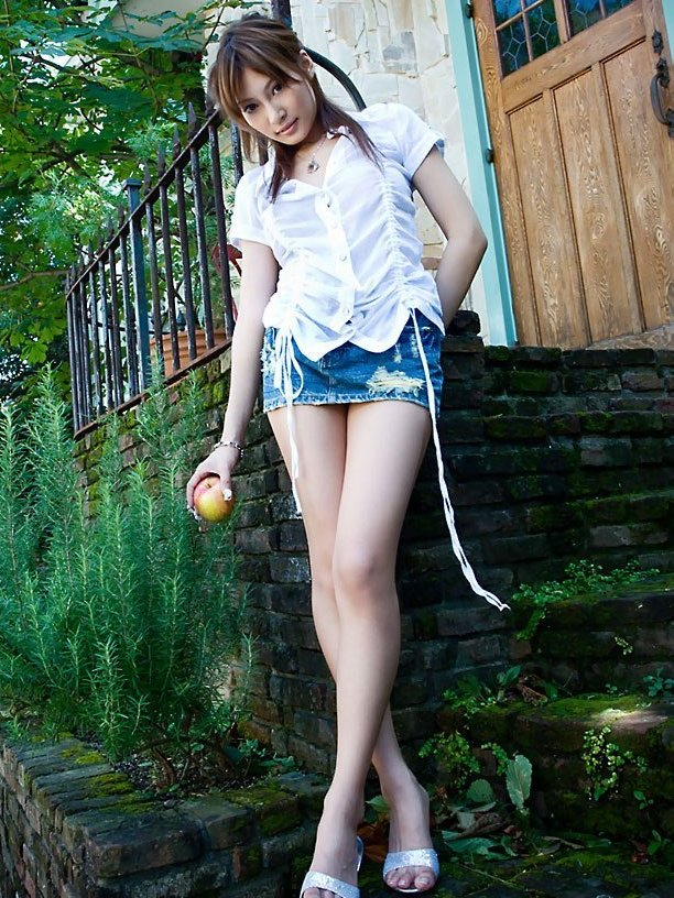 【タレントミニスカ画像】アイドルやグラドルのパンチラしそうなミニスカ画像 13