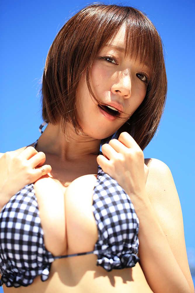 【清水あいりグラビア画像】童顔にHカップ爆乳が最高にエロいグラドル水着画像 34