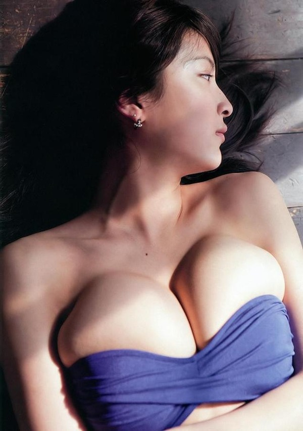 【巨乳美女寄せ乳画像】グラドルやAV女優達の寄せ乳がエロいオッパイ画像 03