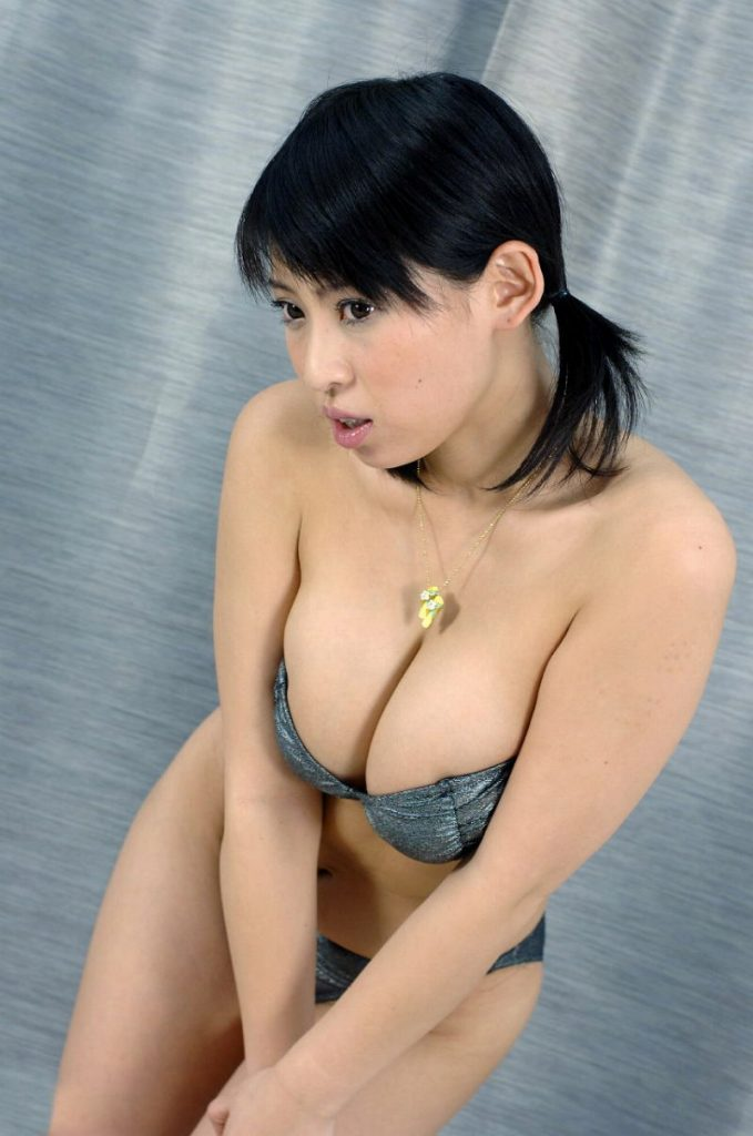 【巨乳美女寄せ乳画像】グラドルやAV女優達の寄せ乳がエロいオッパイ画像 06