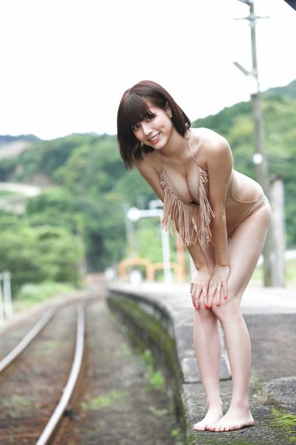 【巨乳美女寄せ乳画像】グラドルやAV女優達の寄せ乳がエロいオッパイ画像 09