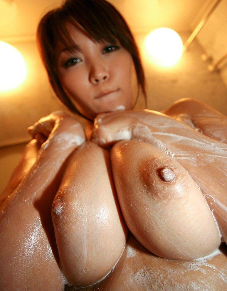 【巨乳美女寄せ乳画像】グラドルやAV女優達の寄せ乳がエロいオッパイ画像 29