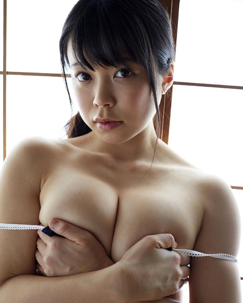 【巨乳美女寄せ乳画像】グラドルやAV女優達の寄せ乳がエロいオッパイ画像 36