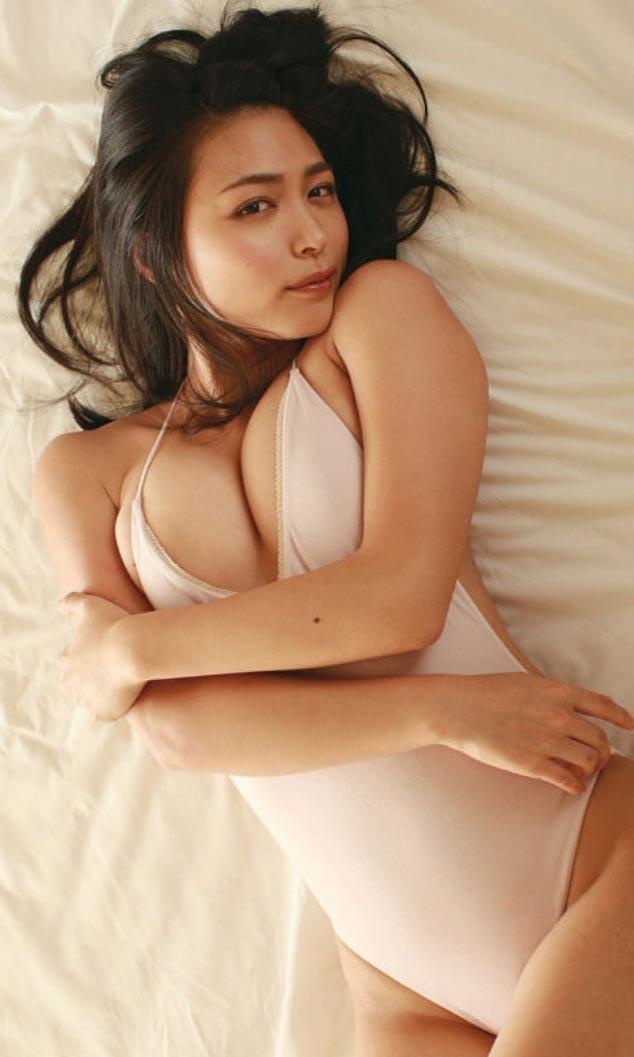 【巨乳美女寄せ乳画像】グラドルやAV女優達の寄せ乳がエロいオッパイ画像 45