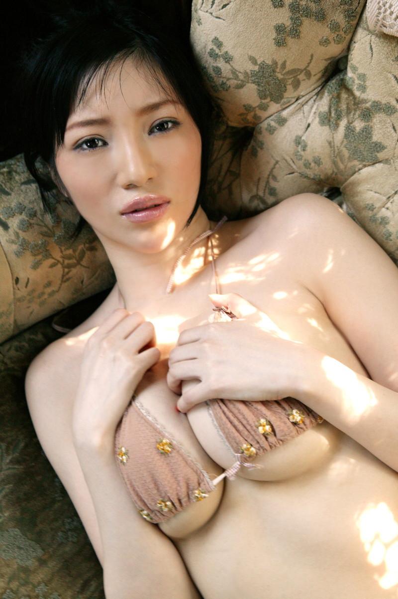 【巨乳美女寄せ乳画像】グラドルやAV女優達の寄せ乳がエロいオッパイ画像 47