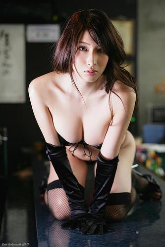 【巨乳美女寄せ乳画像】グラドルやAV女優達の寄せ乳がエロいオッパイ画像 64