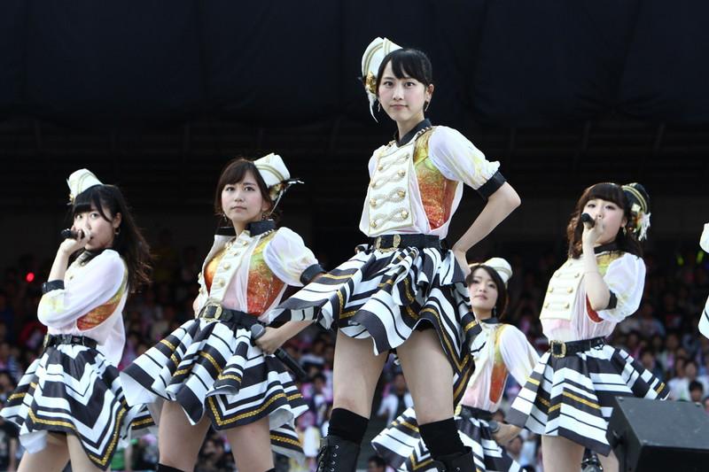 【AKB48パンチラ画像】可愛いミニスカ衣装でパンチラしそうなアイドル画像