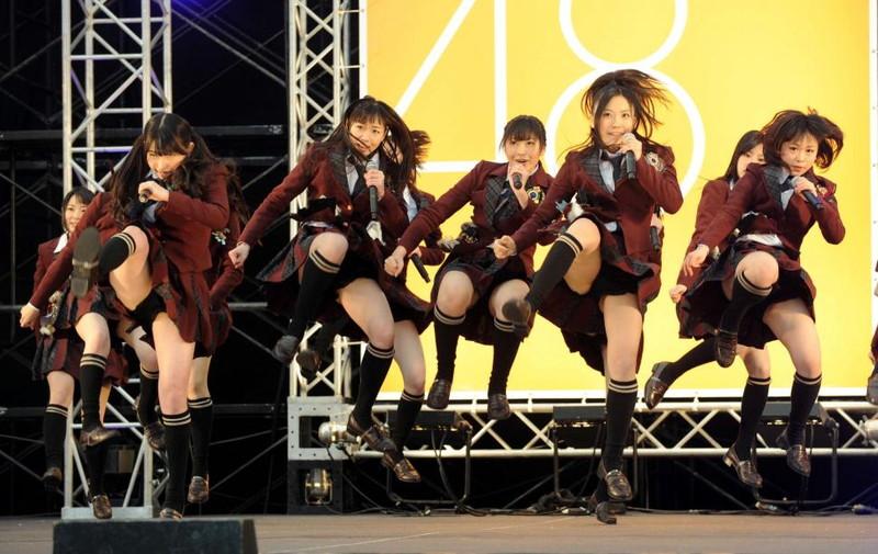 【AKB48パンチラ画像】可愛いミニスカ衣装でパンチラしそうなアイドル画像 04