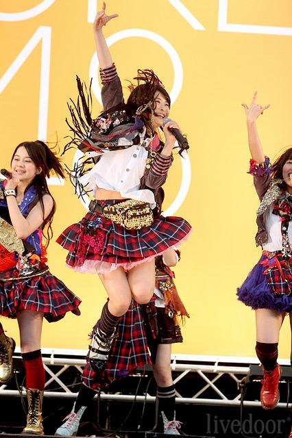 【AKB48パンチラ画像】可愛いミニスカ衣装でパンチラしそうなアイドル画像 14
